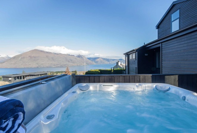 Hot tub/spa pool with stunning views over lake and mountains