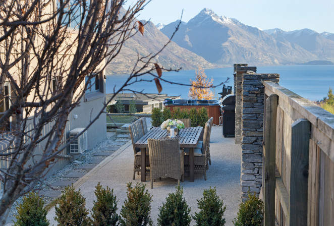 Outdoor courtyard, barbecue, hot tub with amazing lake and mountain views